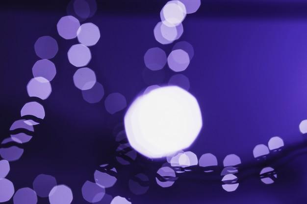 Luzes desfocadas no fundo violeta