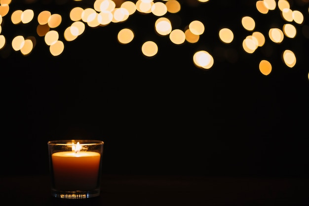 Luzes desfocadas sobre vela
