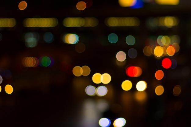 Luzes do carro turva e tráfego na cidade