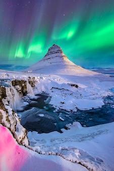 Luzes do norte aparecem no monte kirkjufell na islândia
