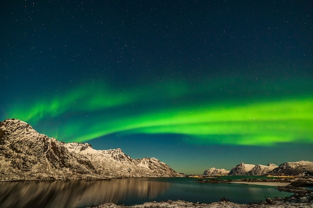 Luzes do norte, aurora boreal sobre as montanhas no norte da europa