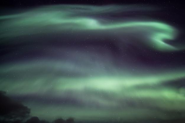 Luzes do norte coloridas, explosão de aurora boreal no céu noturno