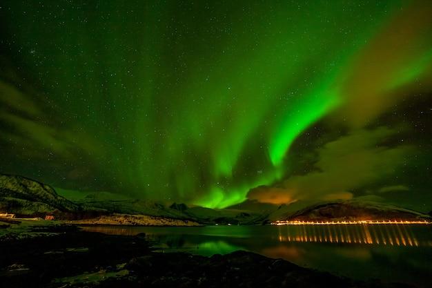 Luzes do norte incríveis, aurora boreal sobre as montanhas no norte da europa
