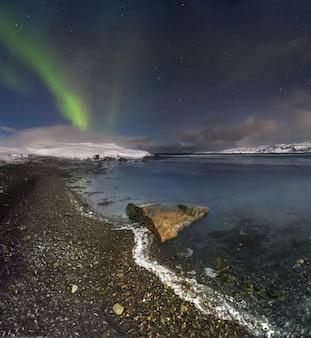 Luzes do norte sobre o mar