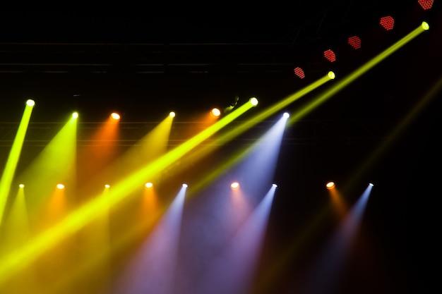 Luzes do palco no show. equipamento de iluminação com feixes multicoloridos.