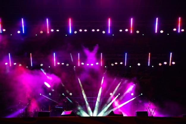Luzes do palco. vários projetores no escuro.
