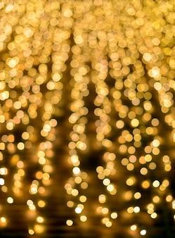 Luzes douradas brilhantes de natal desfocadas, ideais para fundos