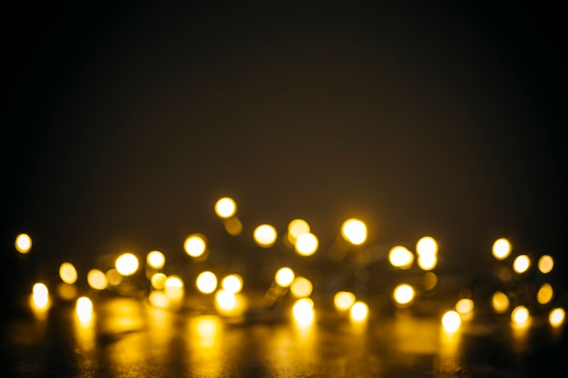 Luzes douradas em bokeh em um fundo preto