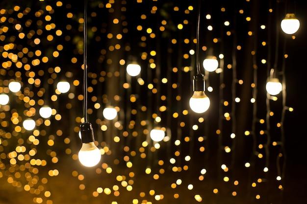 Luzes e lanternas à noite. bokeh