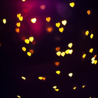 Luzes em forma de coração amarelas e laranja