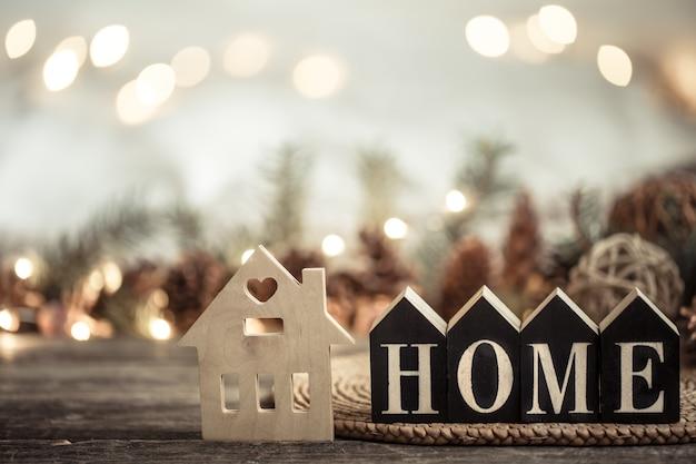 Luzes festivas com inscrição em casa