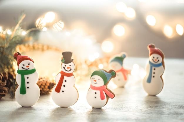 Luzes festivas de ano novo e pão de gengibre.