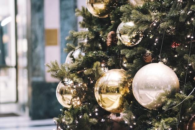 Luzes festivas de natal decorativas ao ar livre