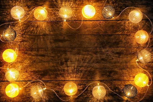 Luzes festivas de natal em madeira