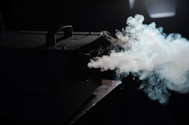 Luzes na fumaça, luzes de estúdio brilhando através da fumaça
