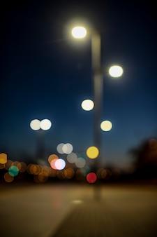 Luzes noturnas borradas na cidade
