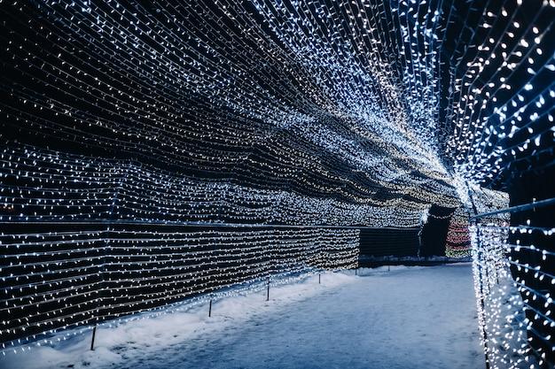 Luzes noturnas de natal são lindamente decoradas na cidade na rua