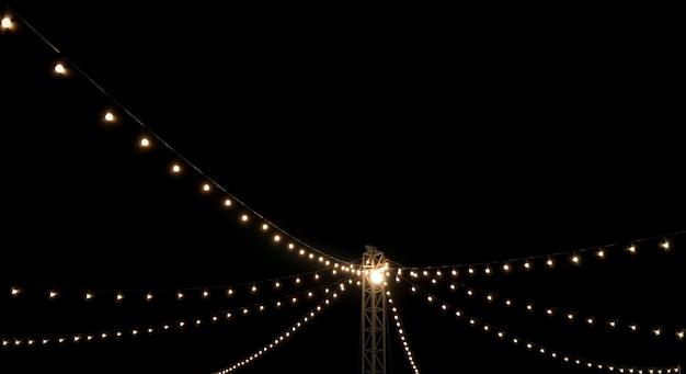Luzes penduradas em um poste