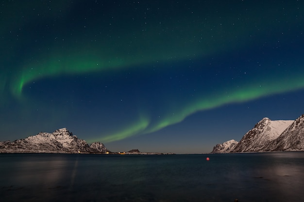 Luzes polares, aurora boreal sobre as montanhas no norte da europa