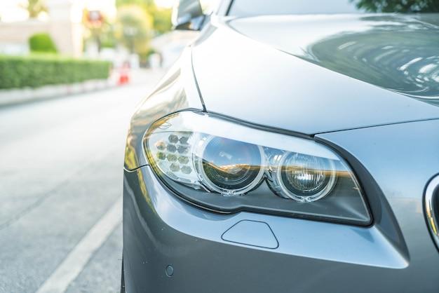 Luzes principais de um carro