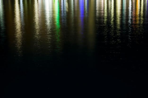 Luzes refletidas na água