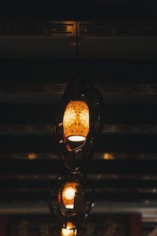 Luzes suspensas modernas no interior escuro de um café ou restaurante