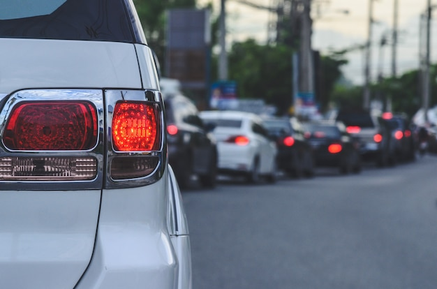 Luzes traseiras de carros, engarrafamentos durante a hora do rush.