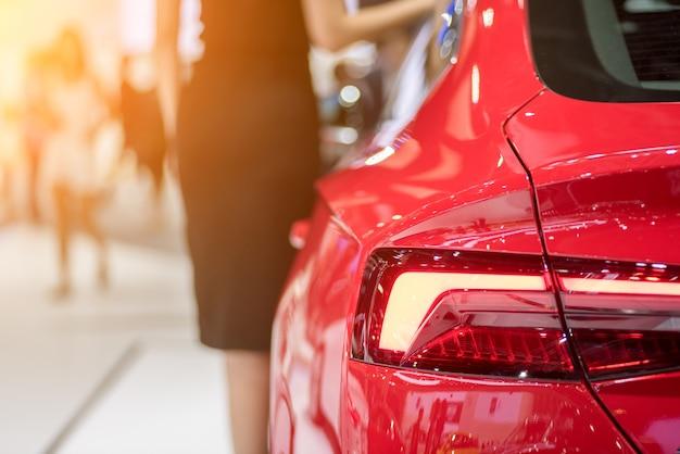 Luzes traseiras do carro esportivo vermelho