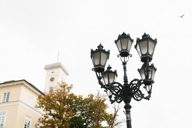 Lviv, ucrânia. bela lanterna esculpida na praça do mercado