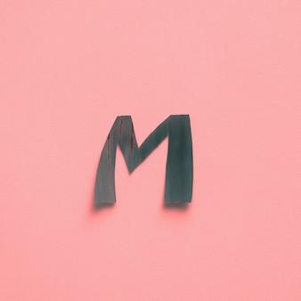 M uma letra verde tropical folha alfabeto rosa