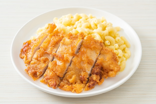 Mac caseiro e queijo com frango frito