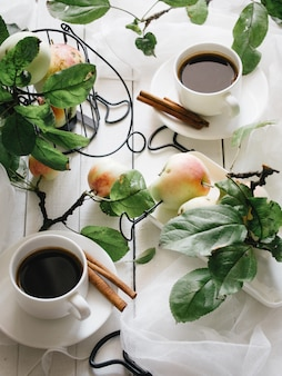 Maçã ainda vida com café