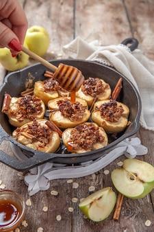 Maçã assada com noz-pecã, mel e flocos de aveia