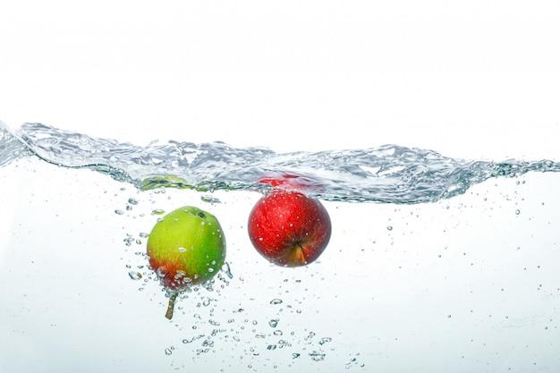 Maçã caindo em água limpa