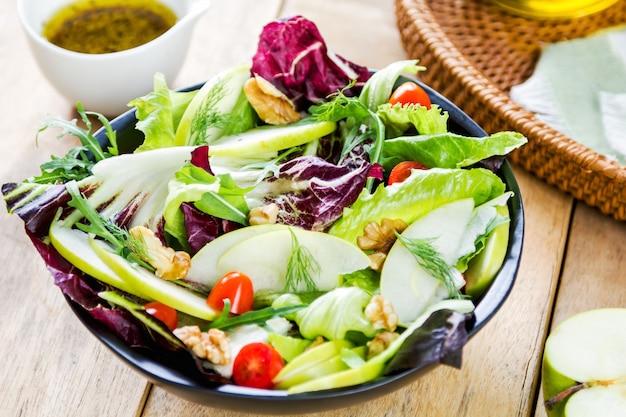 Maçã com rúcula e salada de nozes