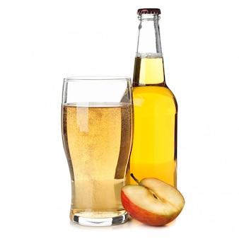 Maçã, copo e garrafa com cidra isolada no branco