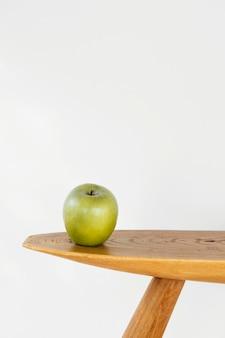 Maçã de conceito abstrato mínimo na vista frontal da mesa