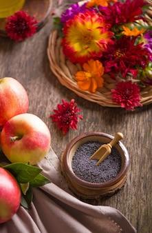Maçã e mel, comida tradicional da celebração do ano novo judaico, rosh hashaná. foco seletivo