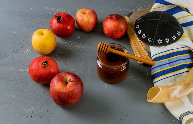 Maçã e mel, comida tradicional do livro de torá do ano novo judaico rosh hashana, kippah yamolka talit