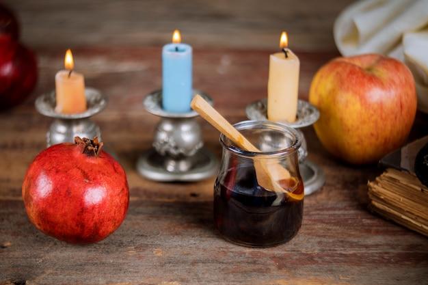 Maçã, romã e mel do livro de torá judaico do ano novo rosh hashaná, kippah yamolka talit