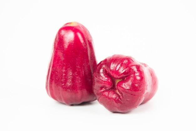 Maçã rosa ou sementes de maçã de java isoladas no fundo branco.