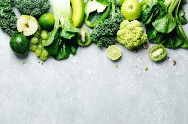 Maçã verde, alface, abobrinha, pepino, abacate, couve, limão, kiwi, uvas, banana, brócolis