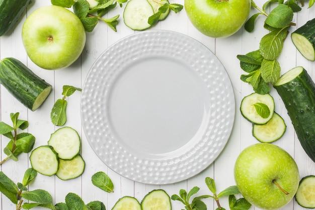 Maçã verde apple do pepino na tabela.