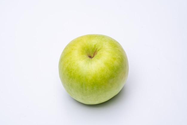 Maçã verde com fundo branco close-up
