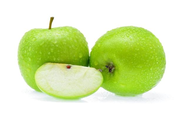 Maçã verde com gota de água no fundo branco.