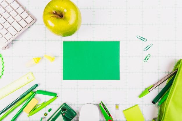 Maçã verde e equipamento de escritório