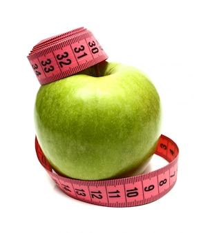 Maçã verde e fita de medição para dieta