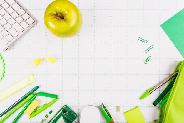 Maçã verde e kit de papelaria