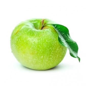 Maçã verde fresca isolada