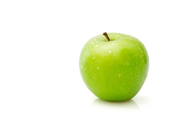 Maçã verde isolada no trajeto de grampeamento branco, molhado da única maçã.